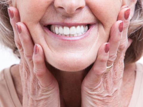 Bạn bè sẽ không phát hiện bạn đã khoác một lớp áo mới cho răng bằng dán veneer.