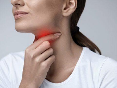 Mọc răng khôn gây đau họng do đâu?