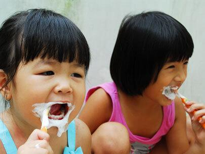 Dạy bé thói quen đánh răng 2 lần/ ngày ngay từ khi mới mọc răng sữa
